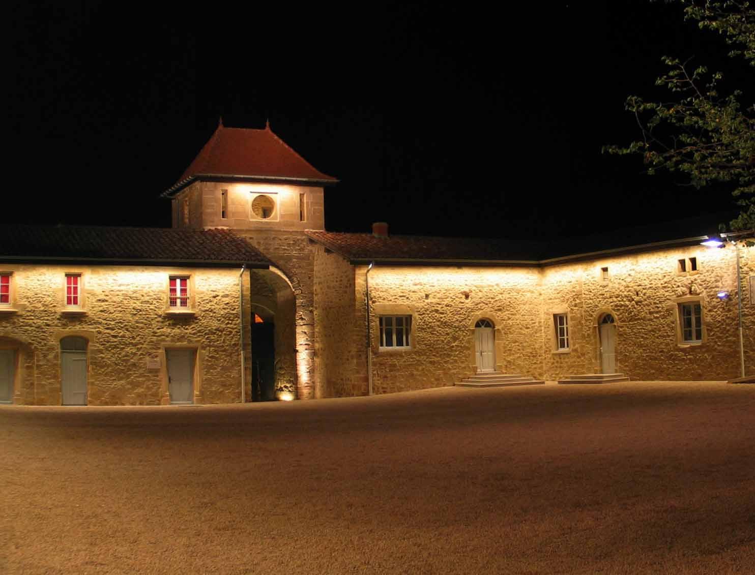Mise en lumière de la cour du château (Montseveroux, Isère)