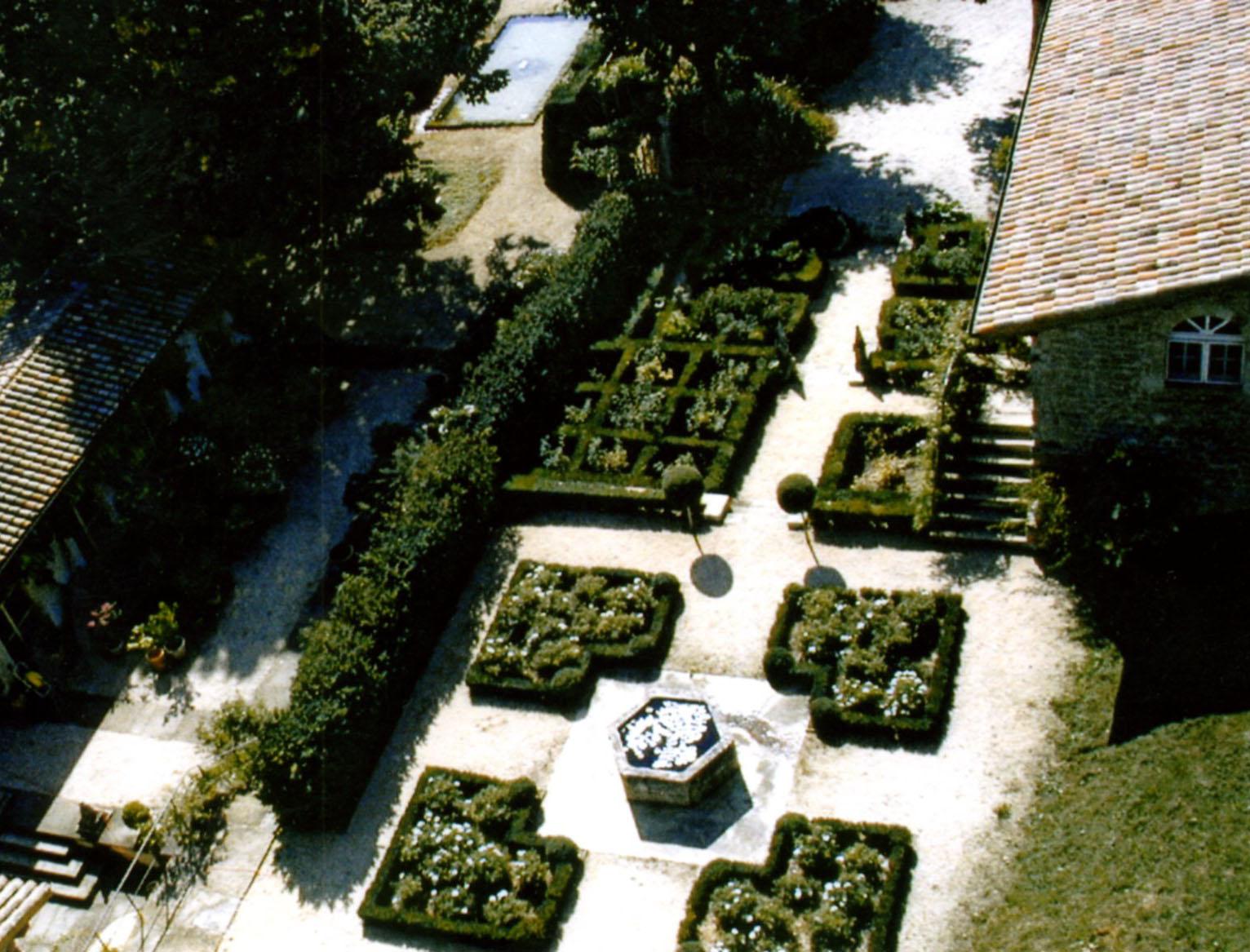 Création d'un jardin pour la mise en valeur de la Tour de Ratières (Drôme)