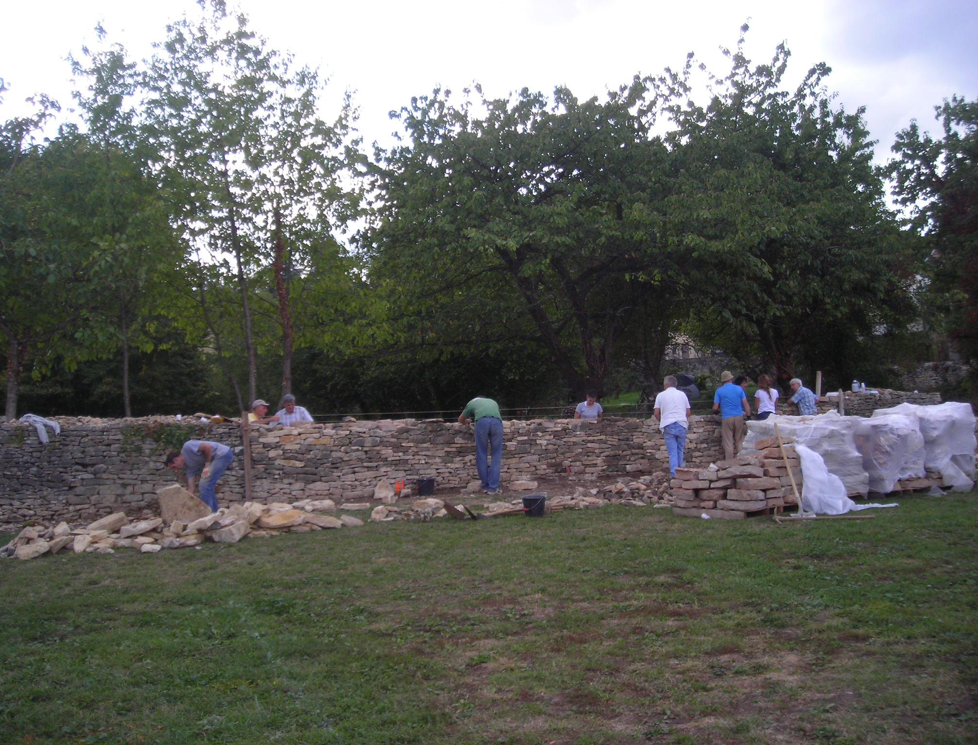 Chantier de bénévoles sur la restauration de murs en pierres sèches (Saint-Marcel-Bel-Accueil, Isère)