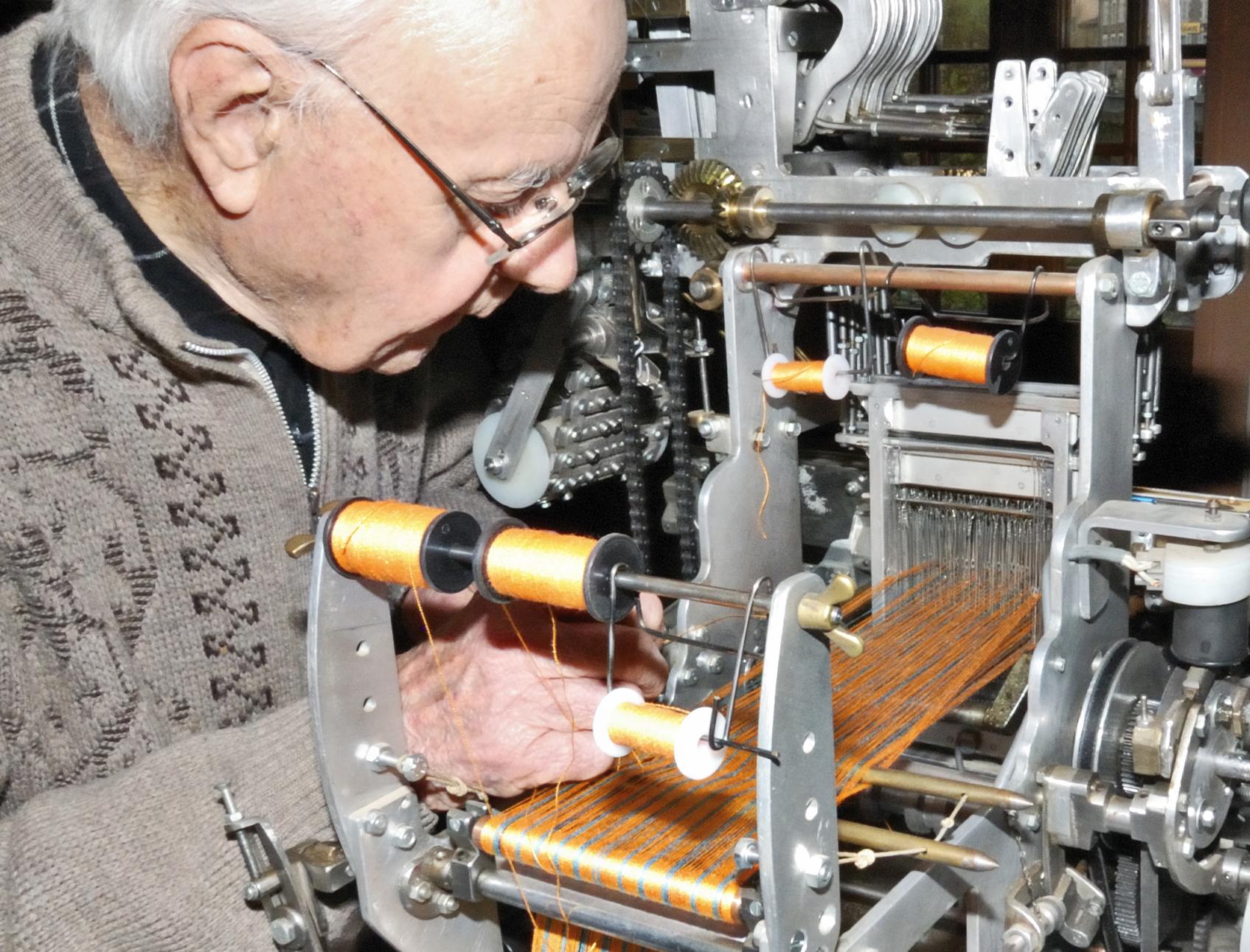 Création de métiers à tisser miniatures (L'Arbresle, Rhône)
